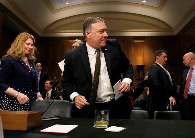O então diretor da CIA, Mike Pompeo, deixa seu assento para uma pausa após testemunhar diante do Comitê de Relações Exteriores do Senado dos EUA, em uma audiência para sua confirmação como novo secretário de Estado dos EUA.