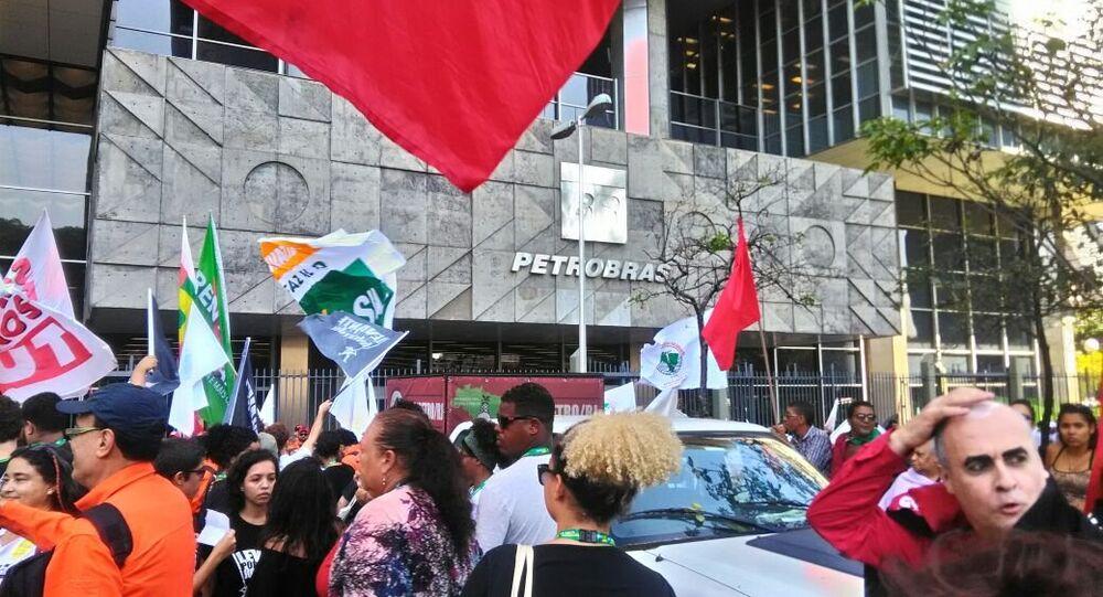 Manifestação em frente à sede da Petrobras, no Rio de Janeiro, contra mudanças na estatal