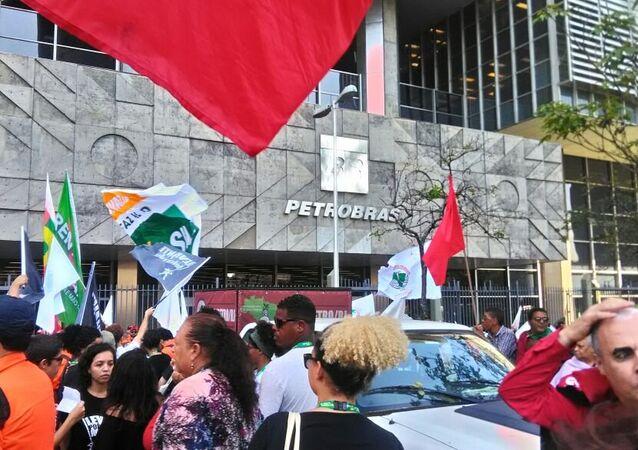 Ativistas fazem ato em frente à Petrobras, no Rio de Janeiro, contra a privatização da estatal