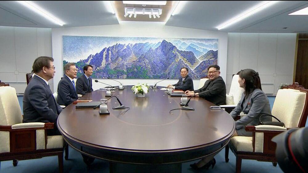 Mesa de negociação de Kim Jong-un e Moon Jae-in.