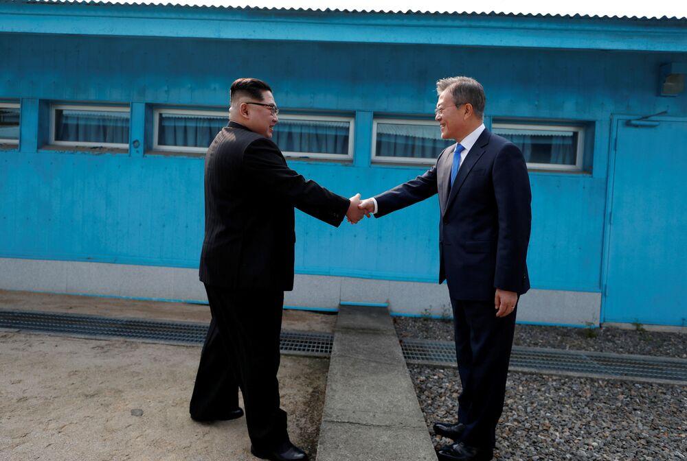 Líderes da Coreia do Norte, Kim Jong-un, e da Coreia do Sul, Moon Jae-in, apertam as mãos durante encontro na localidade de Panmunjom, na zona desmilitarizada que separa os dois países