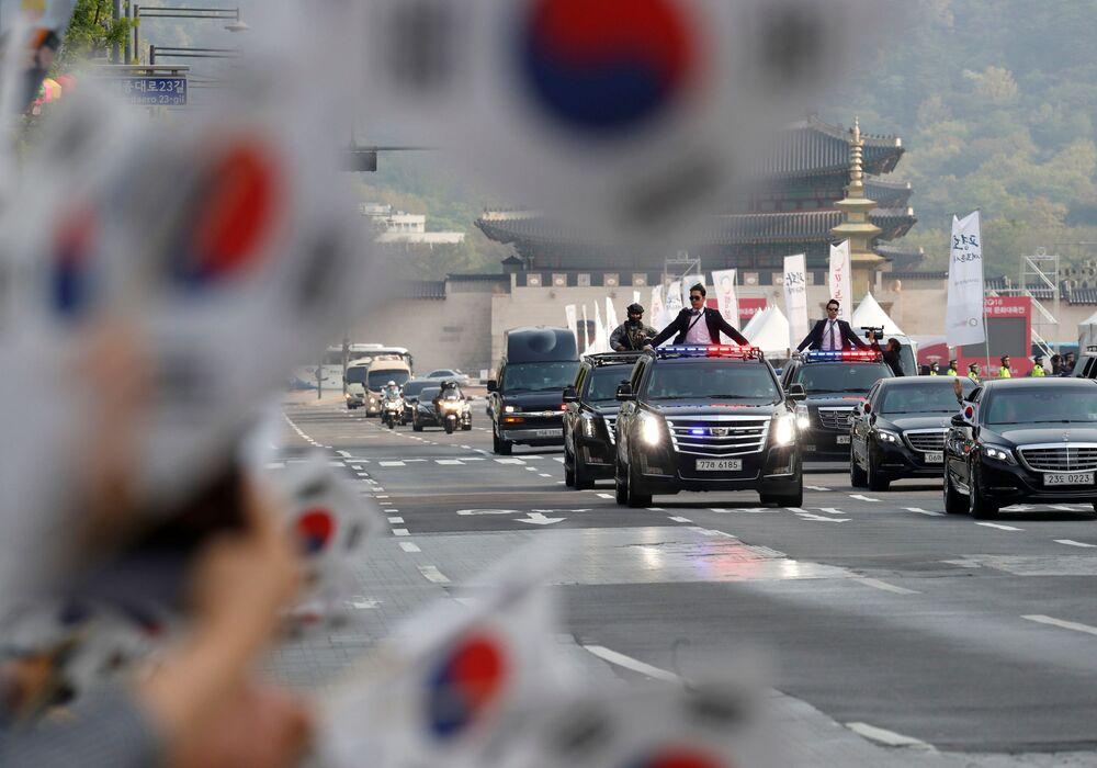 Cidadãos saúdam o cortejo do presidente sul-coreano Moon Jae-in no momento em que ele se dirige às históricas negociações intercoreanas