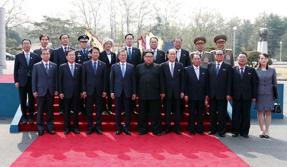 Líderes das duas Coreias posam para fotógrafos durante primeiro encontro na localidade de Panmunjom, na zona desmilitarizada