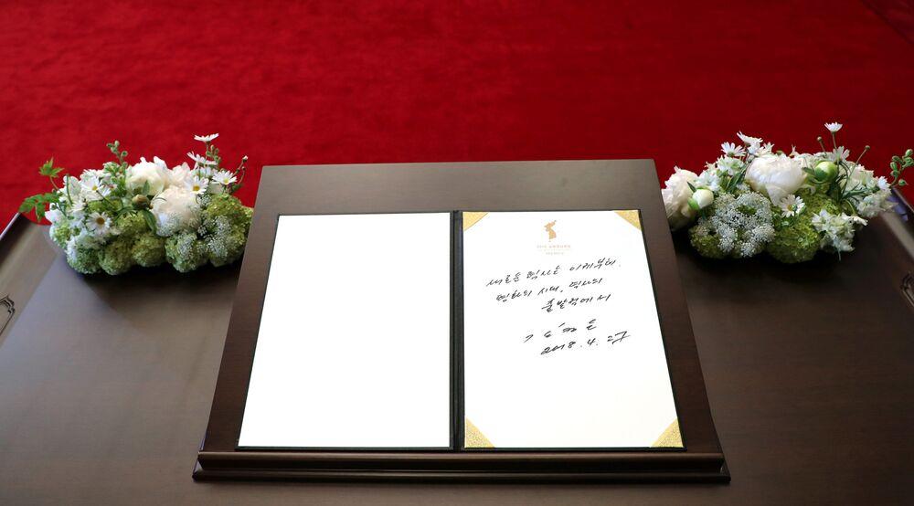 Anotação do líder da Coreia do Norte, Kim Jong-un, no livro de visitantes, feita durante sua visita à localidade de Panmunjom, zona desmilitarizada entre as duas Coreias
