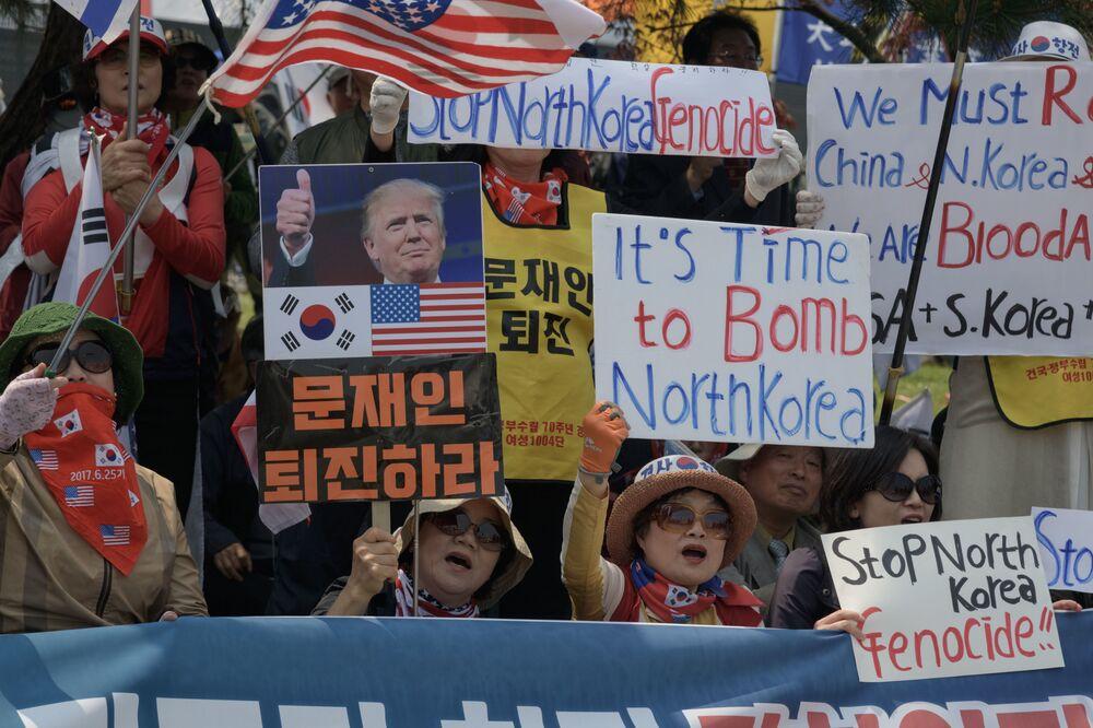 Adversários da Coreia do Norte organiza demonstração na localidade de Panmunjom entre as duas Coreias