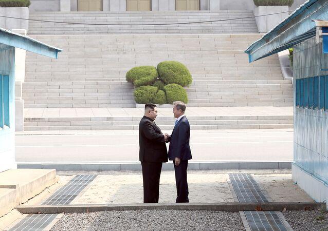 Líderes da Coreia do Norte, Kim Jong-un, e da Coreia do Sul, Moon Jae-in, conversando no primeiro encontro na zona desmilitarizada no âmbito das negociações intercoreanas em 27 de abril de 2018