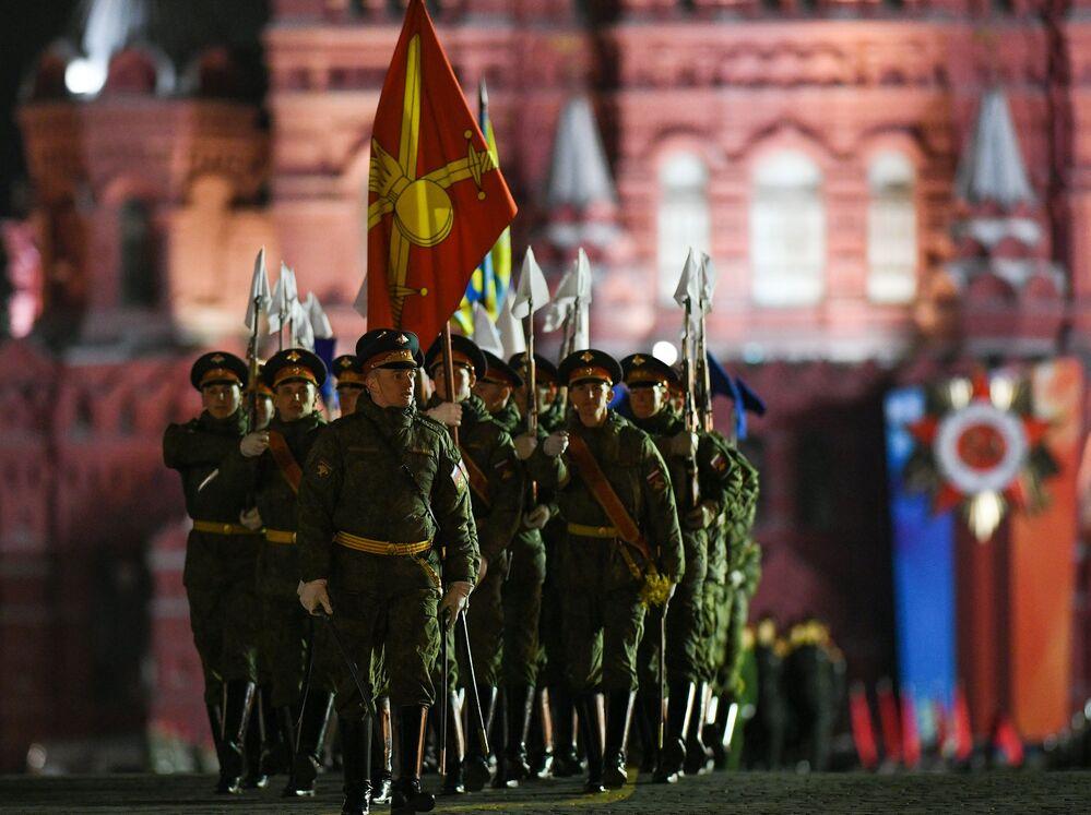 Militares participando do ensaio do desfile dedicado ao 73º aniversário da Vitória na Grande Guerra pela Pátria