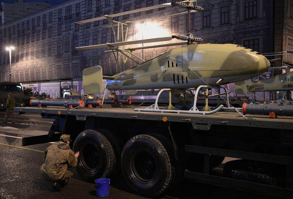 O primeiro helicóptero não tripulado na Rússia, produzido pela KumAPP, antes do ensaio
