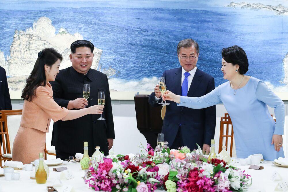 Líder da Coreia do Norte, Kim Jong-un, acompanhado pela sua esposa Ri Sol-ju, brinda com seu homólogo sul-coreano, Moon Jae-in e sua esposa Kim Jung-sook durante a cena que marca o fim da cúpula histórica entre as duas Coreias