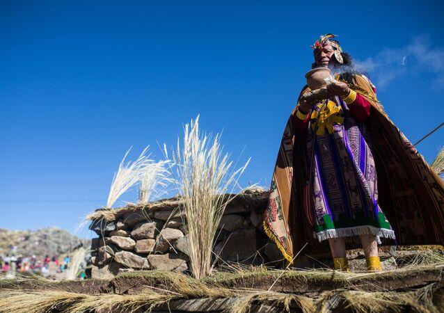 Um indígena peruano, vestido como um rei inca (imagem referencial)