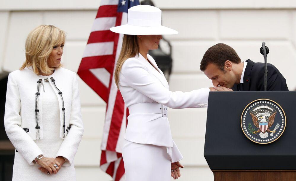 Presidente francês, Emmanuel Macron, beija a mão de Melania Trump, esposa do seu homólogo estadunidense, durante a visita oficial a Washington