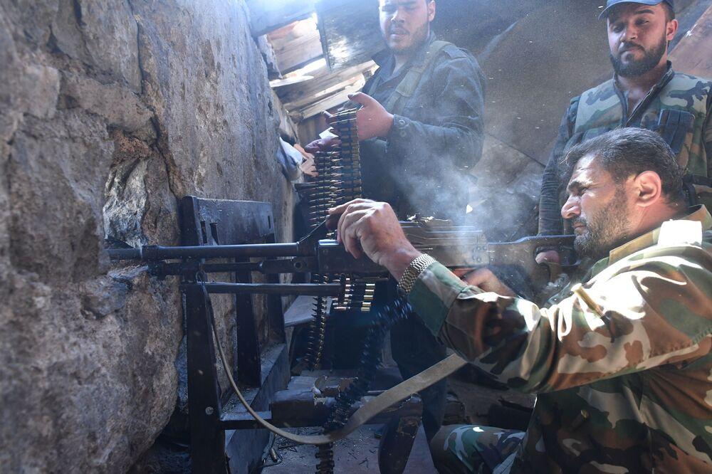 Soldados perto do campo de refugiados de Yarmouk, no sul de Damasco