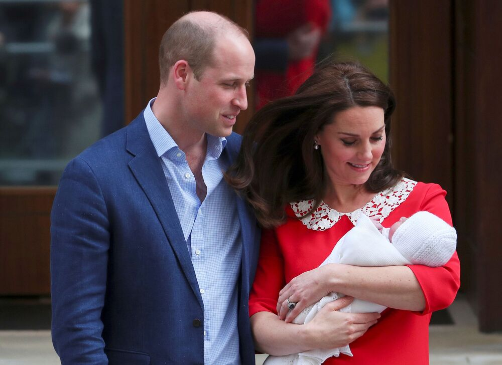 Duquesa britânica Kate Middleton e príncipe William saem do hospital St. Mary, em Paddington, com seu terceiro filho recém-nascido