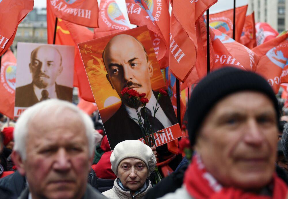 Participantes do desfile no dia de aniversário de Lenin, em Moscou