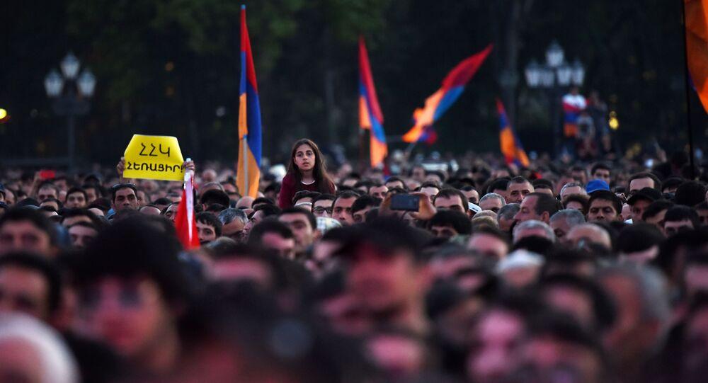 Membros de oposição durante um protesto na Praça da República, em Erevan