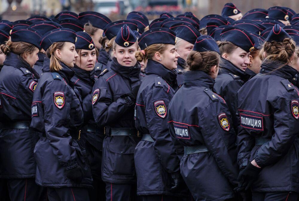 Destacamentos policiais femininos durante um ensaio da 73ª Parada da Vitória, na cidade de São Petersburgo