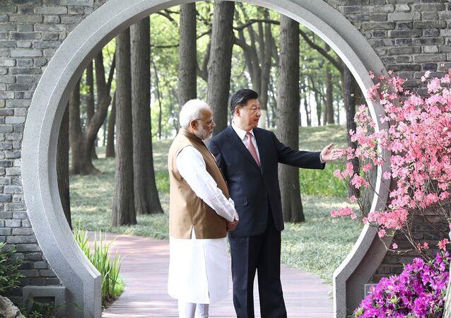 O primeiro-ministro da Índia, Narendra Modi, e o presidente da China, Xi Jinping, conversam em um jardim em Wuhan, China, 28 de abril de 2018