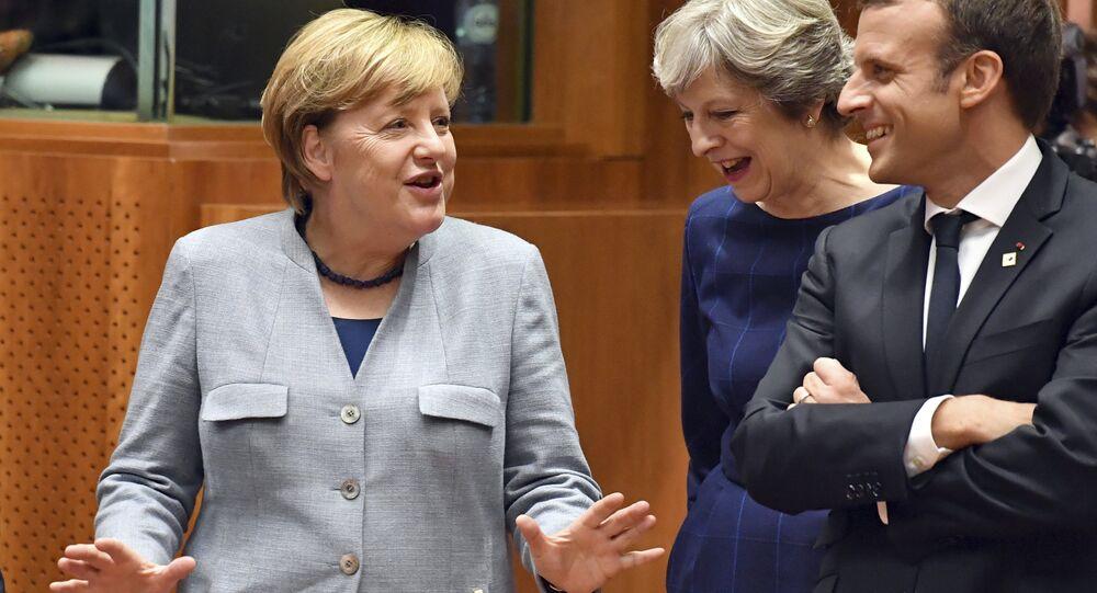 A chanceler alemã, Angela Merkel, à esquerda, fala com a primeira-ministra britânica Theresa May, centro, e com o presidente francês Emmanuel Macron antes de uma mesa redonda em uma cúpula da UE em Bruxelas.