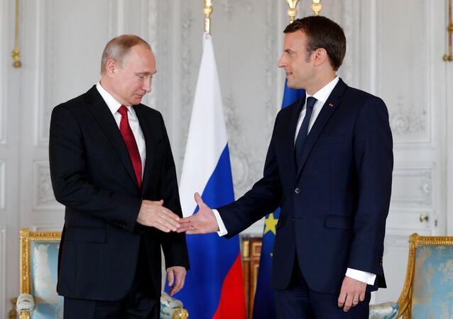 Presidente francês, Emmanuel Macron, apertando a mão do presidente russo, Vladimir Putin, no Palácio de Versalhes (foto de arquivo)