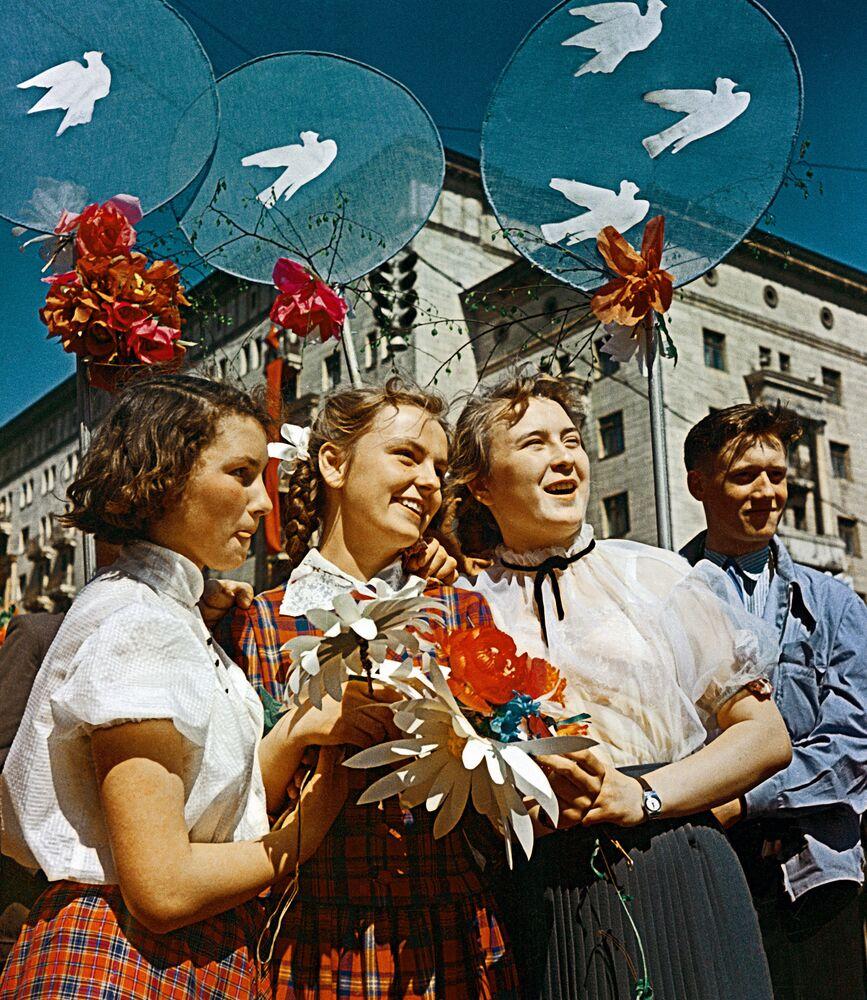 Juventude soviética durante desfile na Praça Vermelha no Dia Internacional dos Trabalhadores, em 1º de maio de 1959