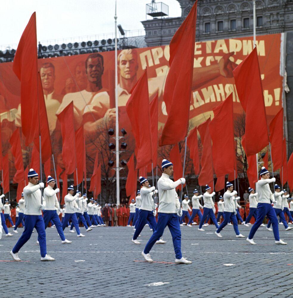 Desfile de ginastas na Praça Vermelha no Dia Internacional dos Trabalhadores, em 1º de maio de 1972