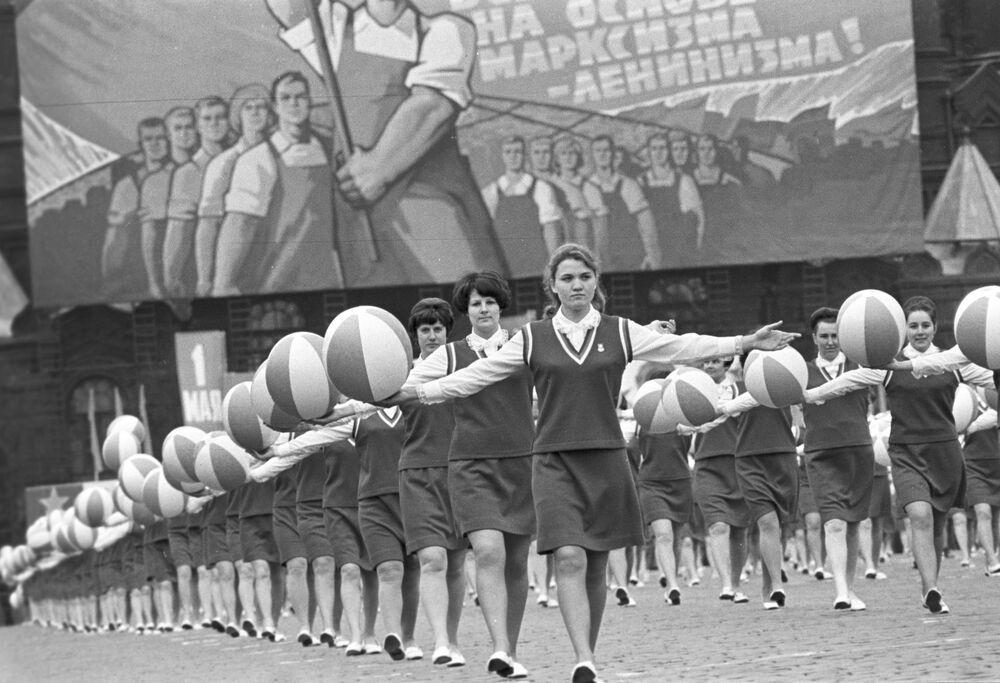 Desfile de ginastas na Praça Vermelha no Dia Internacional dos Trabalhadores, em 1º de maio de 1970