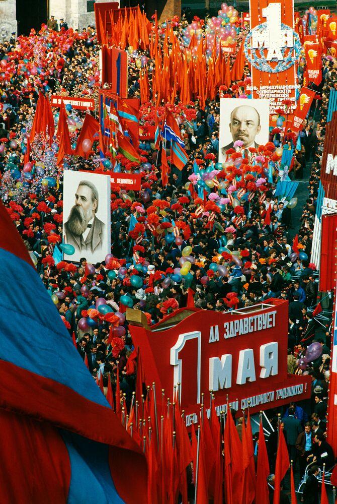 Desfile festivo dos trabalhadores na Praça Vermelha no Dia Internacional dos Trabalhadores, em 1º de maio de 1984