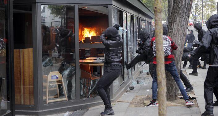 Manifestantes e polícia entram em confrontos no Dia do Trabalho em Paris