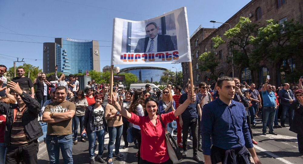 Apoiadores do líder da oposição na Armênia Nikol Pashinyan saem às ruas na capital do país, 2 de maio de 2018