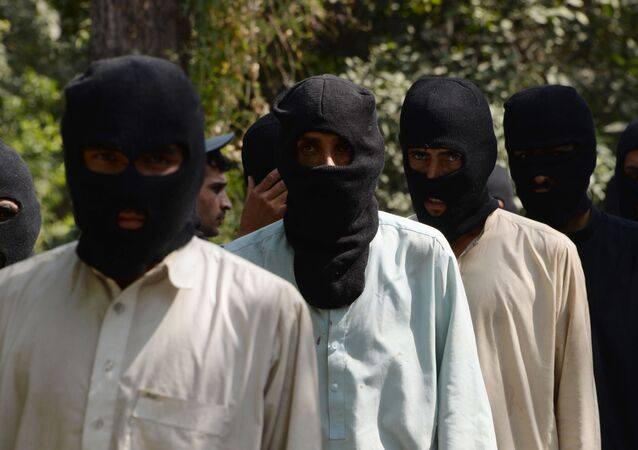 Supostos militantes dos grupos terroristas Daesh e Talibã em uma delegacia no Afeganistão (foto de arquivo)