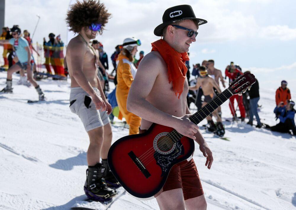 Pessoas aproveitando sol e frio ao celebrar o festival de biquíni na montanha de Aikuavenchorr, Rússia