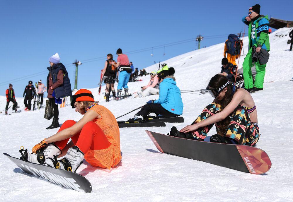 Participantes do festival se preparam para descer a montanha russa de Aikuavenchorr