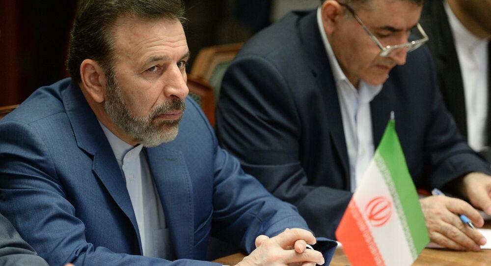 Mahmoud Vaezi, chefe de gabinete do presidente iraniano Hassan Rouhani (E)
