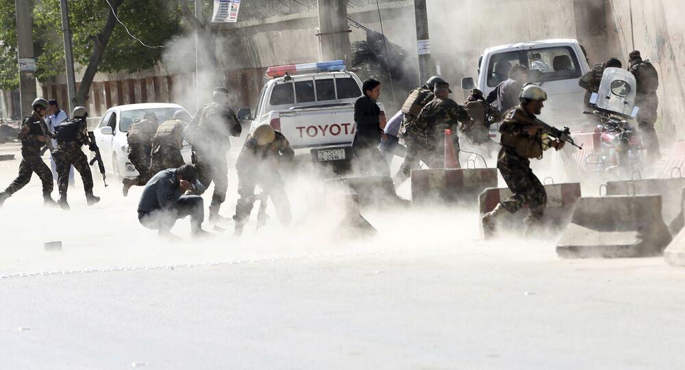 Forças de segurança fogem após a segunda explosão durante uma série de atentados em Cabul, no Afeganistão