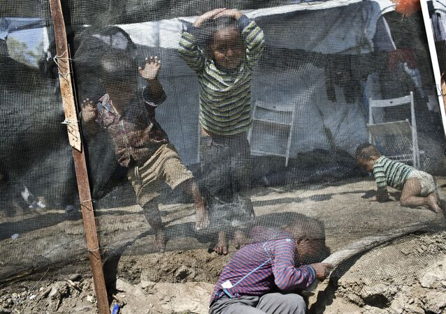 Crianças brincam em campo de refugiados de Moria, na ilha de Lesbos, na Grécia