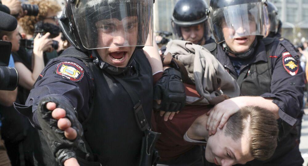 Policiais prendem manifestante em Moscou, 5 de maio de 2018.