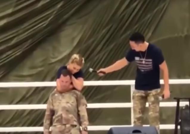 Abraço mortífero: lutadora de MMA quase sufoca militar americano