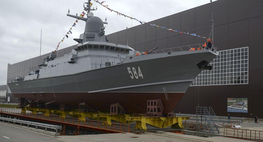 Navio de mísseis ligeiro Shkval (Rajada, em russo) do projeto 22800 está sendo lançado à água no estaleiro Pella, na região de Leningrado (São Petersburgo)