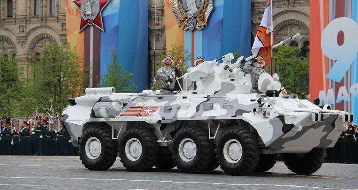Versão ártica do veículo blindado BTR-82A participa do ensaio geral da 73ª Parada da Vitória, em 6 de maio de 2018, na Praça Vermelha
