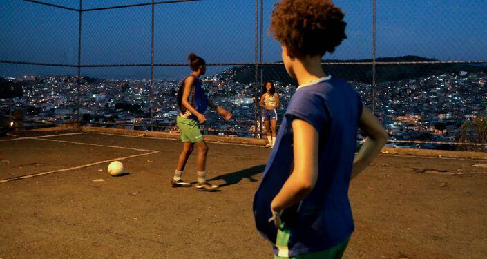 Jogadoras da seleção brasileira na Street Child World Cup 2018 treinam em favela do Complexo da Penha, Rio de Janeiro.