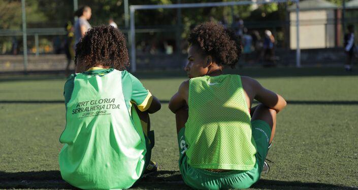 Jogadoras da seleção brasileira na Street Child World Cup 2018 treinam no Aterro do Flamengo, Rio de Janeiro.