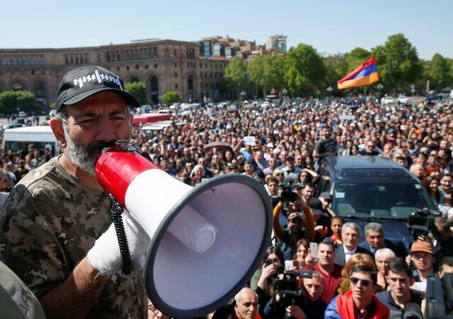 Líder da oposição da Armênia, Nikol Pashinyan, durante manifestações na capital de Erevan, 25 de abril de 2018
