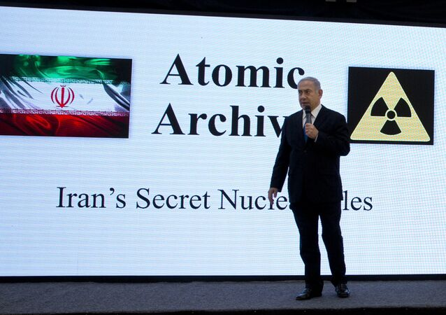 Premiê israelense, Benjamin Netanyahu, apresentando materiais sobre o suposto programa nuclear iraniano em Tel Aviv
