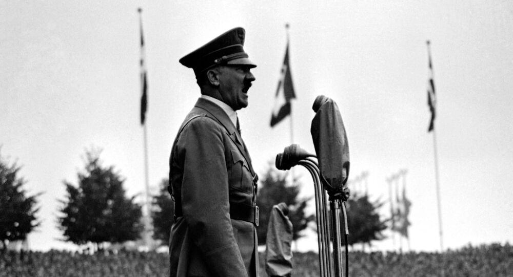 Adolf Hitler, líder da Alemanha nazista, se endereçando a grupos de jovens fascistas em Nuremberg (foto de arquivo)