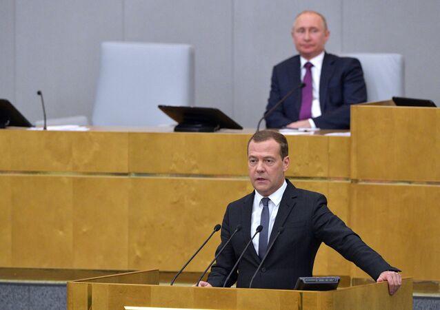 Presidente russo, Vladimir Putin, e premiê interino Dmitry Medvedev, durante sessão da Duma de Estado para considerar candidatura ao cargo de primeiro-ministro, 8 de maio de 2018