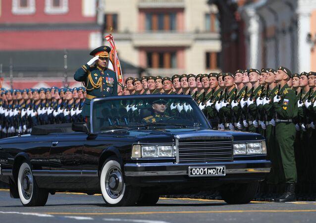 Ministro da Defesa russo, Sergei Shoigu, passa por militares durante a Parada da Vitória, 9 de maio de 2018