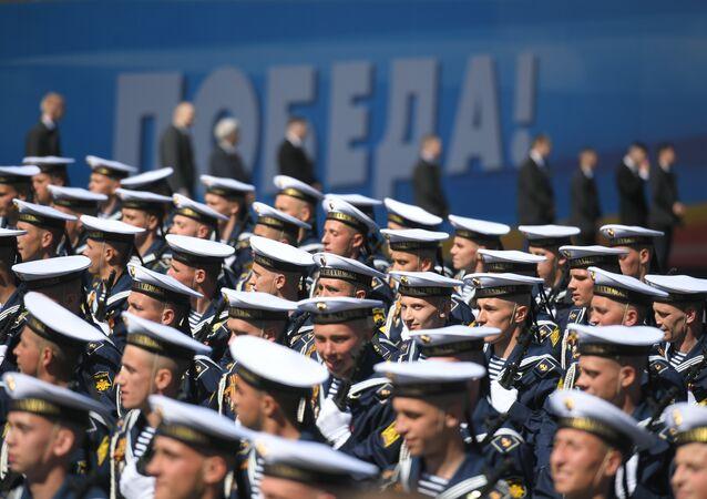 Estudantes da Escola Naval Nakhimov participando do desfile em Moscou em homenagem ao 73º aniversário do Dia da Vitória