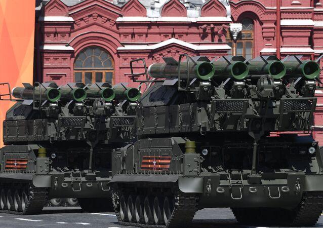 Sistemas de mísseis superfície-ar BUK-M2 na Parada da Vitória em Moscou