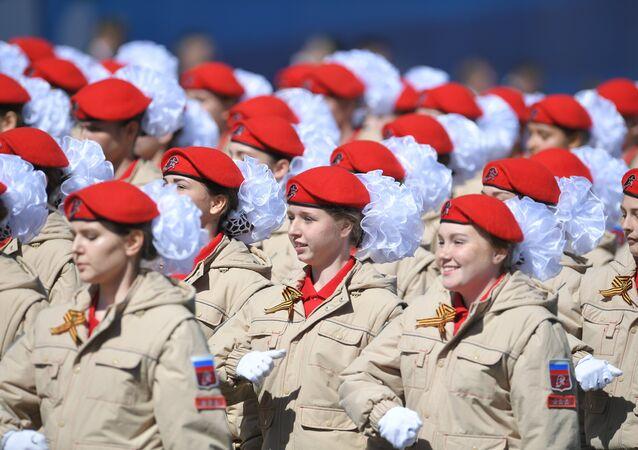 Jovens do movimento patriótico-militar Yunarmiya desfilando na Parada da Vitória