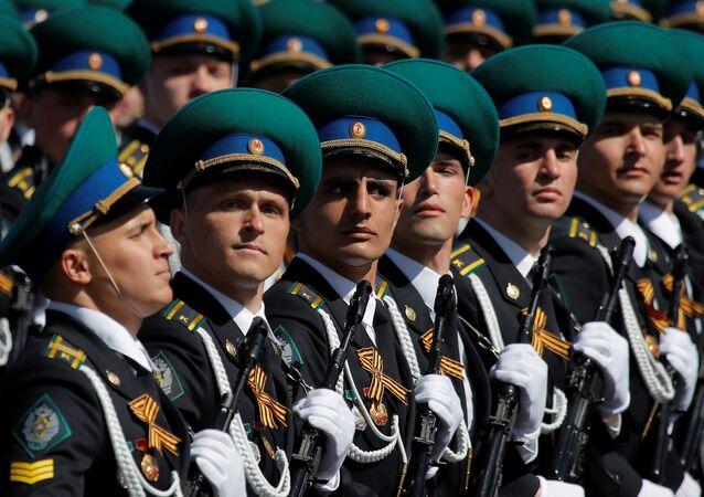 Militares russos participando do desfile em Moscou em homenagem ao 73º aniversário do Dia da Vitória